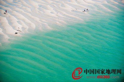 绮丽的彩色沙滩